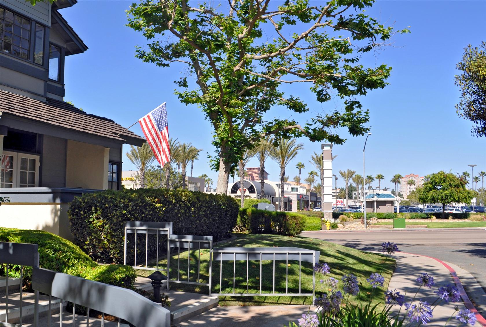 La Jolla Village Square is an exciting assortment of retail, dining, and entertainment choices. There's something for everyone, including casual dining, fashions for the entire family, grocery and specialty foods, home accessories and a variety of specialty stores.