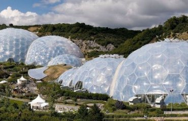 Panoramic view of the geodesic biome domes at the Eden Project by Jürgen Matern licensed under the terms of the CC BY-SA 2.5