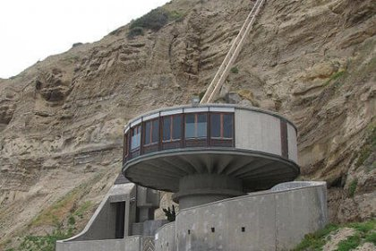 Beach house on south end of Blacks Beach, north of Scripps Pier with funicular to La Jolla Farms mansion in La Jolla, California by Raquel Baranow licensed under the terms of CC BY-SA 2.0