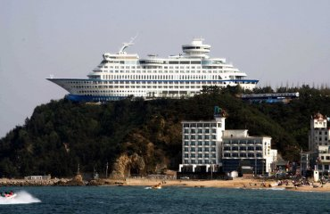 Cruise Ship Hotel by parhessiastes is licensed under CC BY-SA 2.0